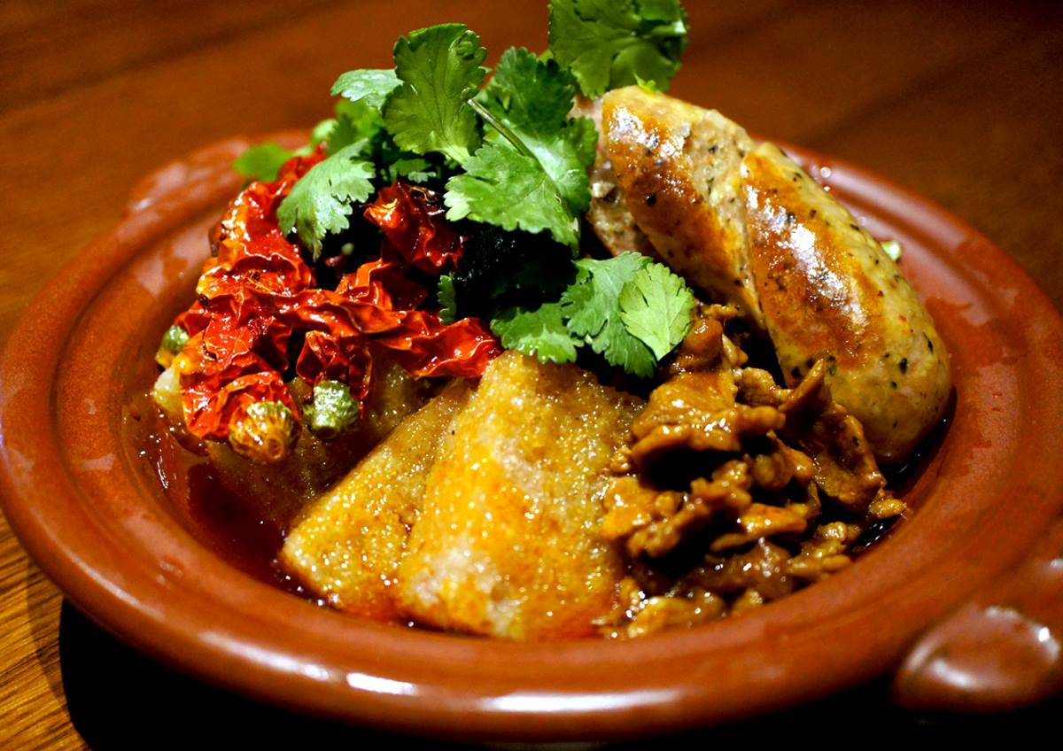 羊肉を使ったウイグルソーセージと四川の干鍋盛り合わせ