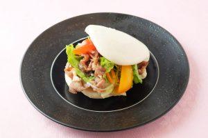 ラム肉と野菜の蒸しパン包み