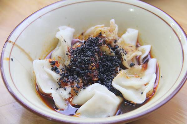 芝麻饺子、珍しいゴマソースをタレにした餃子