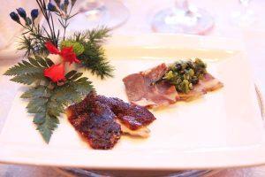 剁椒牛肉拼甜皮鸭(牛筋の冷菜、楽山名物のアヒル料理)