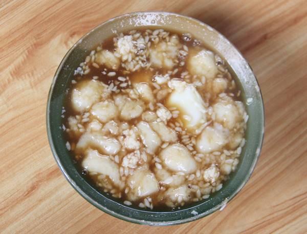 軽く火を通した玉子と甘酒に餅をいれた伝統的なスイーツ