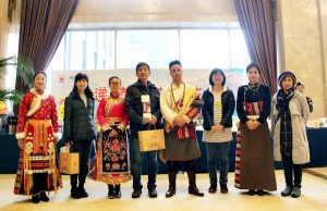 都江堰のホテルにてチベット族と記念撮影