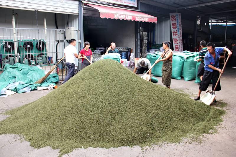 市場で大量の花椒を選別している様子